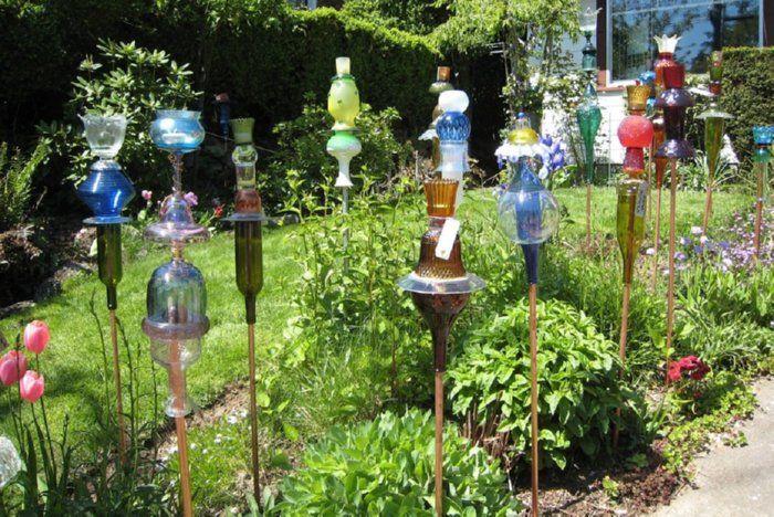 La vecchie lampade di vetro possono presentarsi molto bene ad essere trasformate in mangiatoie o bagni per uccelli o insetti benefici