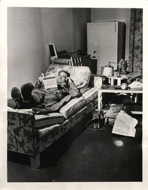 Leyendo en la habitación de Hitler