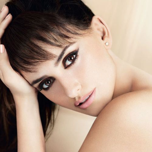 like her eye liner and lip stick- natural color. like her bangs too!