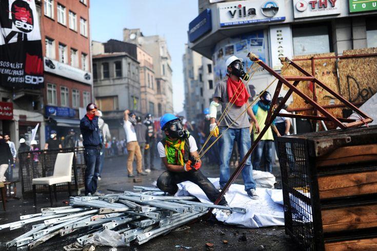 """I Nuovi Scontri Sono nati DOPO la decisione del Primo Ministro Recep Tayyip Erdoğan di sgombrare la piazza per mettere fine """"Agli Atti di vandalismo""""."""