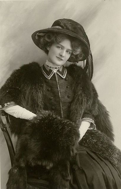 Captivatingly gorgeous Victorian stage actress Lili Elsie sporting an elegant black ensemble. #Victorian #19th_century #1800s #photograph #antique #vintage #woman #actress #stage #Lili_Elsie