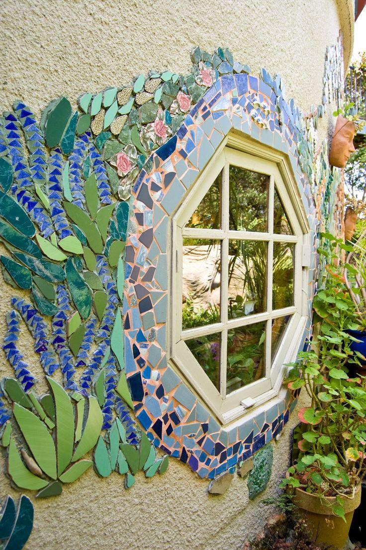 """""""TickleTank"""" è una casa e il giardino nella colline di Adelaide, South Australia.  E 'di proprietà Hills Artista Irene Pietra Pearce.  http://www.thewunderkammer.net/2010/10/tickle-tank-living-art-artists-house.html"""