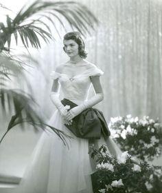 Jacqueline dans robe de soirée