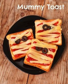 Mummy toast / 26 Healthy Halloween Snack Hacks (via BuzzFeed Community)