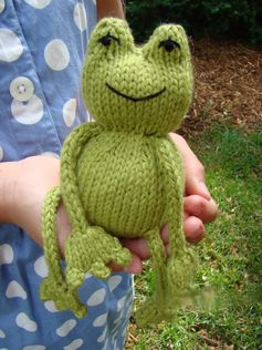 Ribbit ! Free knitting pattern - the added twist is that inside of the body is a tennis ball! This means that Ribbit bounces when tossed! How fun is that? The bounce is softened because of the knitted enclosure but this makes it even better for indoor play.