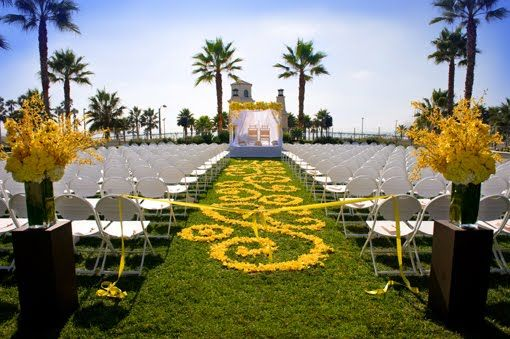 Beautiful yellow mandap design #indianwedding #yellowmandap #mandap #weddinginspiration #modernindianwedding #yellowwedding #outdoorwedding #weddingceremony #weddingaisledecor