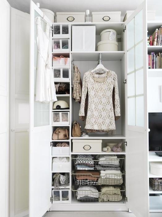 L'organizzazione è una bella cosa.  Un guardaroba PAX ti aiuta a creare uno spazio organizzato dove il vostro abbigliamento e gli accessori sono accurate e di facile accesso.