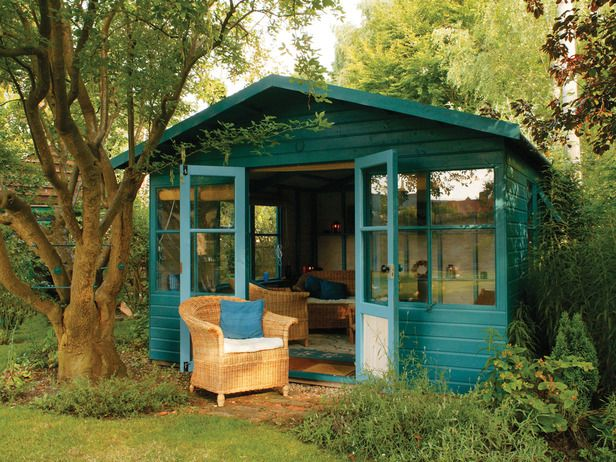 This garden structure in a deep green is ideal as an art studio, workshop, or home office.
