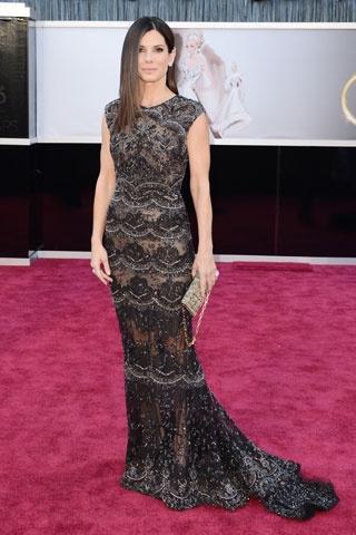 SANDRA BULLOCK  Muy sobria y chic, así lució la ganadora del Oscar en la alfombra roja. ¿Qué opinas de su look?  Los looks de la alfombra roja de los Oscares