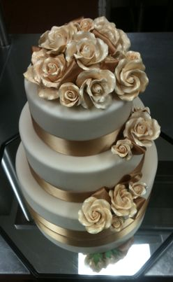 Gold Wedding Cake Design, very elegant! Could be a beautiful anniversary cake.
