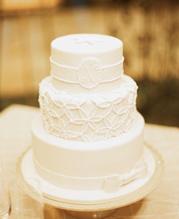 O monograma alba, rafinata ca ornament ca idee pentru a-ti personaliza tortul de nunta