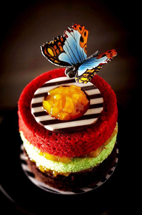 Tort cu semnatura Madame Butterfly impodobit cu un fluture din zahar pictat manual (Colin Cowie Weddings) ca idee pentru a-ti personaliza tortul de nunta (aroma preferata)