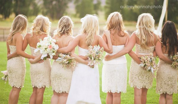 Short Lace Bridesmaids Dresses! And the Maid-Of-Honor has a slightly different color! Perfect!