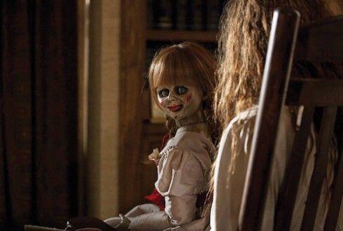 Cena do filme em que a boneca ataca a garota.