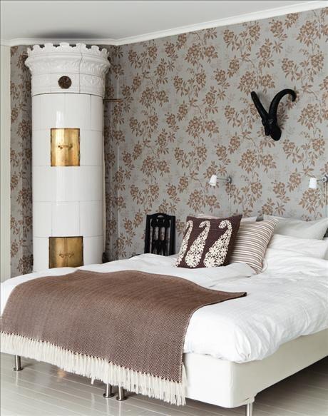 Fondväggen i sovrummet är tapetserad med Vera som är hämtad från ett 1920-talsoriginal, från Sandber...via Skona Hem