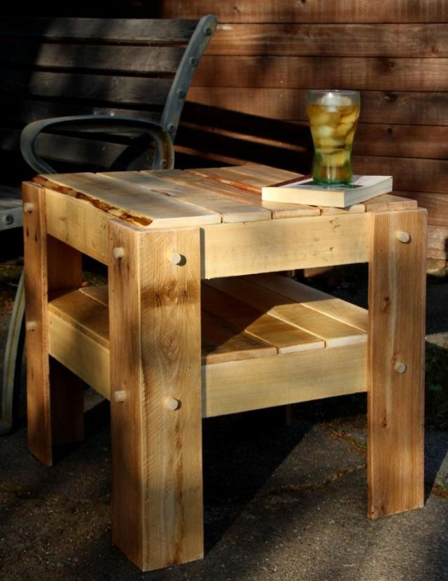 Rustic side table made with pallet wood. | Wood projects | Pinterest