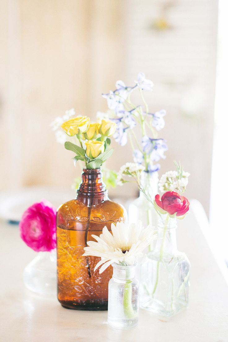 Vintage bottles makes the sweet and simple #centerpieces | Photography: www.myastrid.com