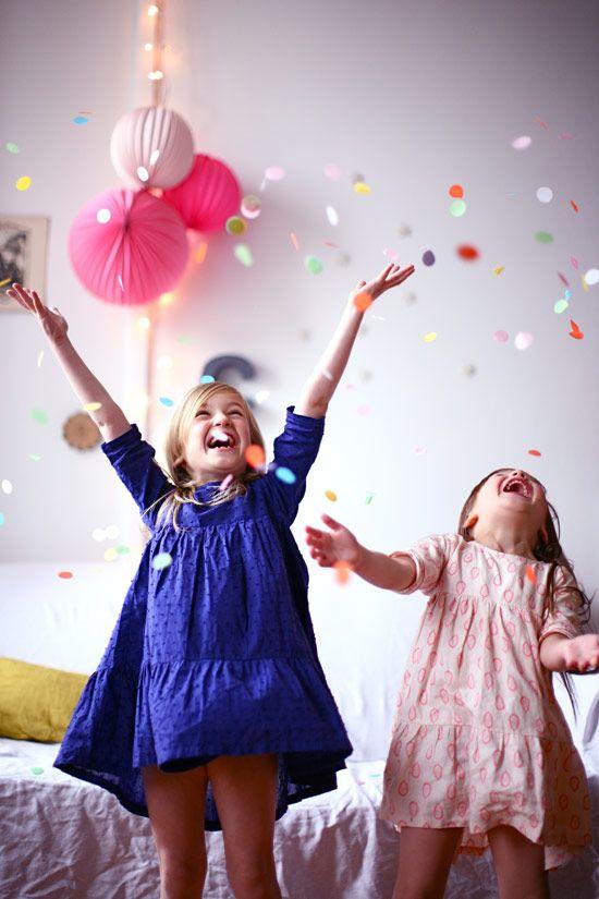 ΑΓΑΠΗ αυτή την εικόνα των κοριτσιών και τη μαγεία γύρω από κομφετί!  Κομφετί = Ευτυχία # FavoriteThingsGiveaway