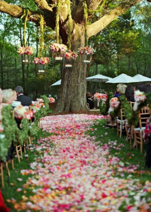 Altar decorado con pétalos de flores para una boda al aire libre