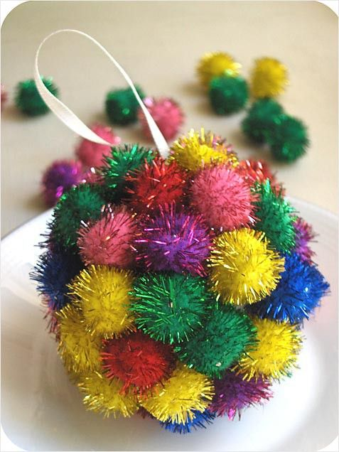 Make this perfect pom-pom for your tree this year. #christmas #crafts