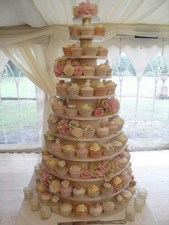 die rosen sind mir zu viel, aber die etagere ist super. die cupcakes sind schön dicht gepackt und die etagere hat auch gute proportionen.