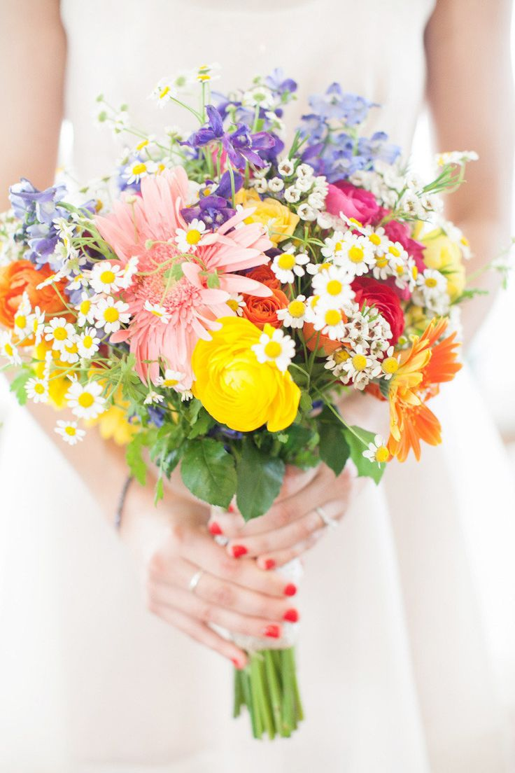 Bright mixed #bouqet of #ranunculus and #daisies | Photography: www.myastrid.com