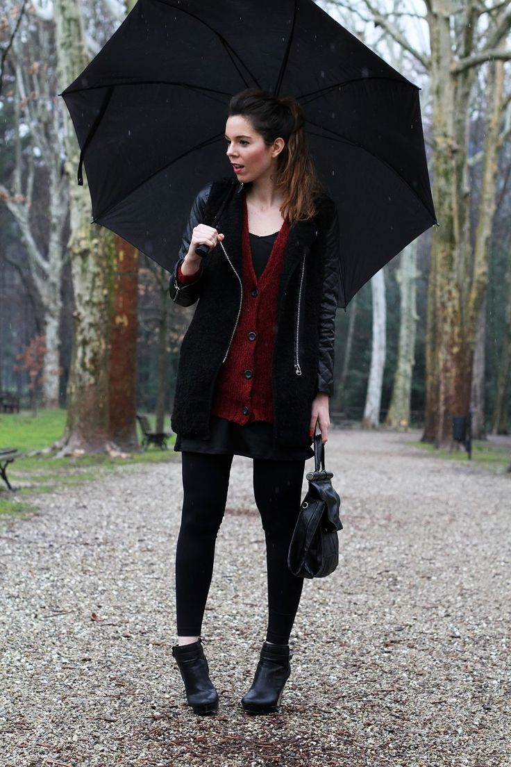 umbrella under the rain  #outfit #look #streetstyle #fashion #umbrella #rain #fashionblogger