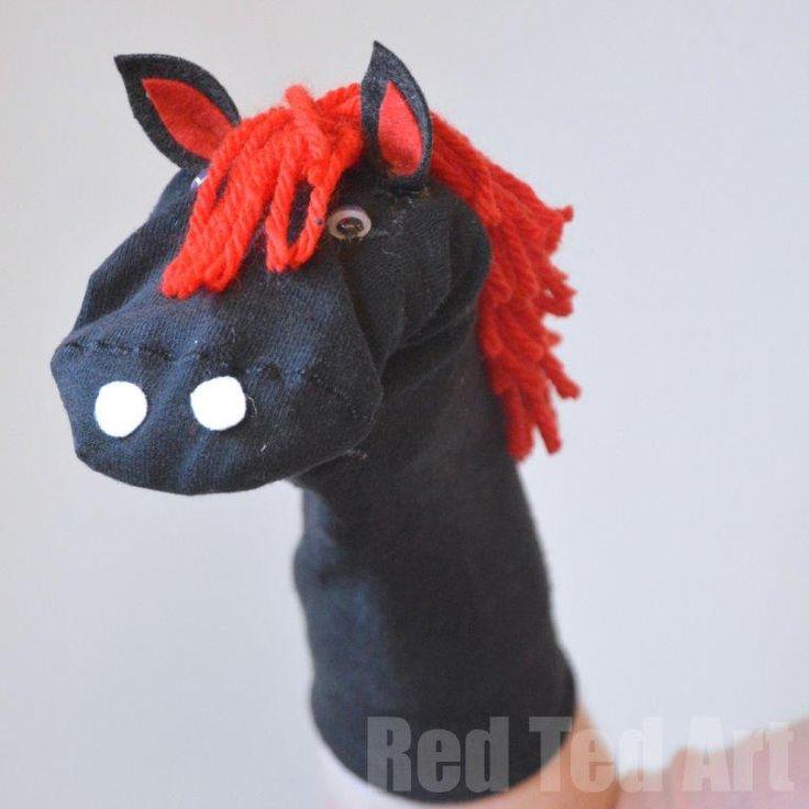 Dit vrolijke handpop paard maak je heel eenvoudig zelf van een sok en wat wol.  Budget knutsel tip van Speelgoedbank Amsterdam voor kinderen en ouders.