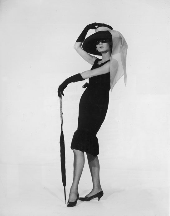 Audrey Hepburn prend la pose en robe Givenchy lors de la promotion du film Breakfast at Tiffany's en 1961.