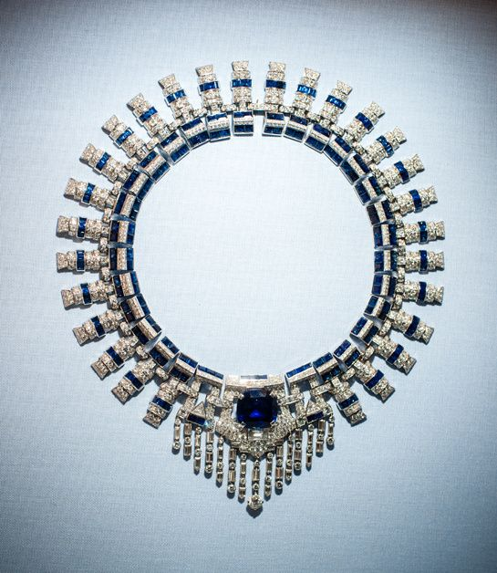 Collier Cartier en platine, diamants et saphirs, ayant appartenu à Marjorie Merriweather Post http://www.vogue.fr/joaillerie/a-voir/diaporama/joaillerie-bijoux-cartier-de-marjorie-merriweather-post-exposition-hillwood-estate-museum-gardens-washington-dc/19183/image/1011538#!collier-cartier-en-saphirs-de-marjorie-merriweather-post