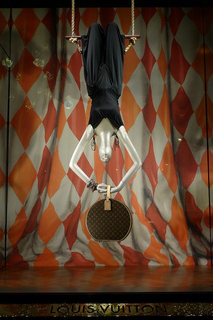 Vitrines Louis Vuitton - Paris, décembre 2011 www.instorevoyage.com   #in-store marketing #visual merchandising