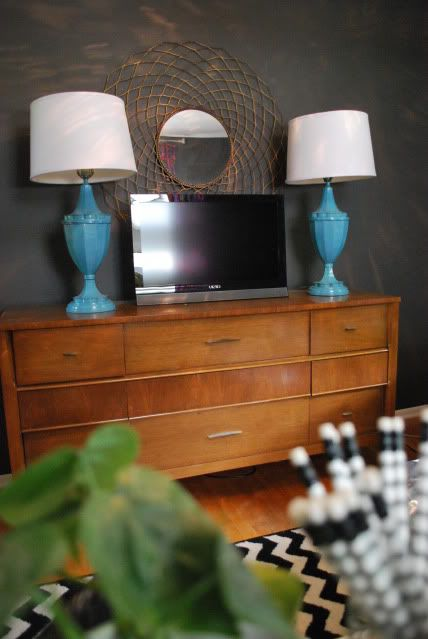 TV on credenza w/lamps