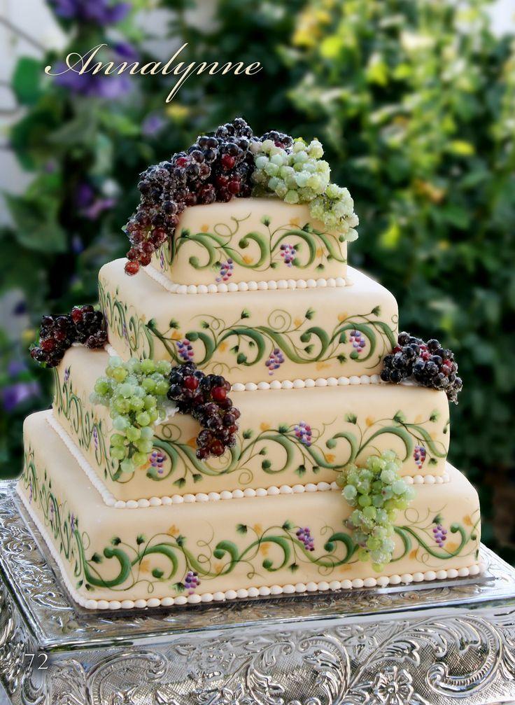 Tort cu decoratiuni din struguri, cu tematica podgoriei de vinuri ca idee pentru a-ti personliza tortul de nunta