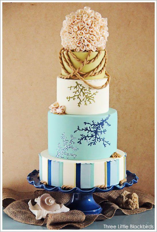 Tort cu tematica nunta pe plaja, cu scoici si stele de mare ca idee pentru a-ti personaliza tortul de nunta