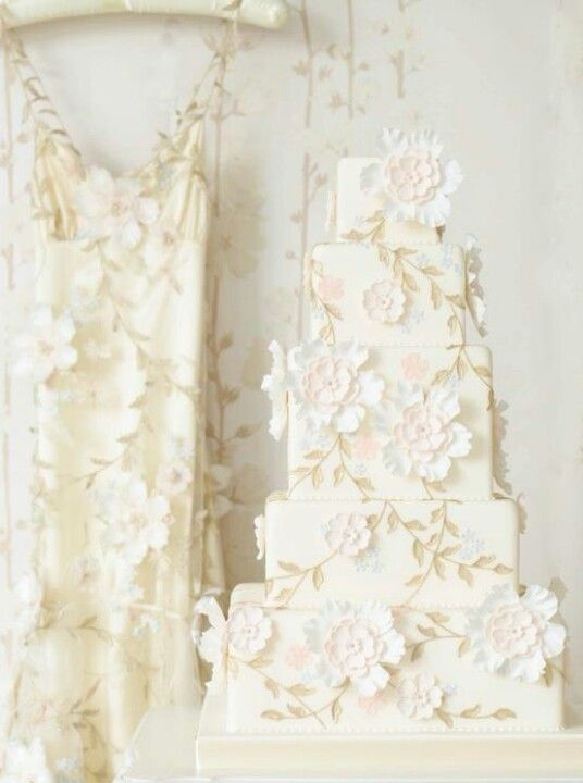 Tortul alb imita designul rochiei de mireasa ca idee despre cum sa-ti personalizezi tortul de nunta