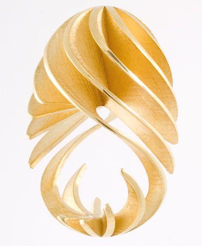 Ring | Sarah Herriot. 'Fine Twist'.  18k gold. AMAZING!