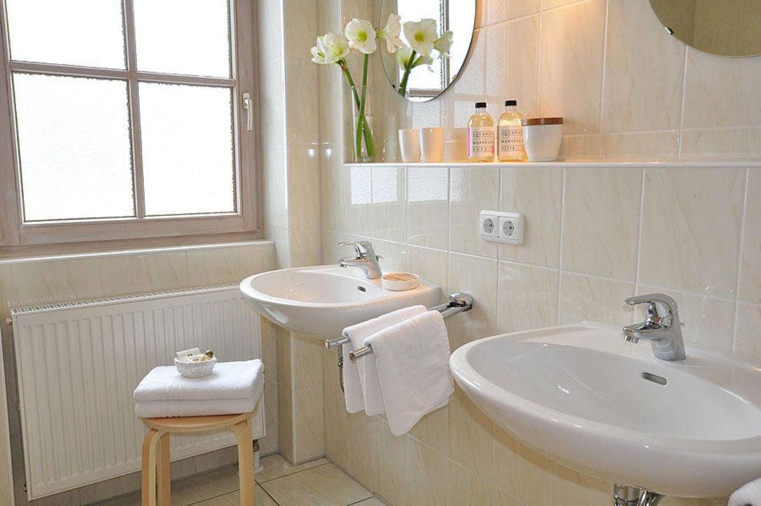 Badezimmer mit Fenster Barbaras Landhaus  Barbaras Ferienwohnung Vermittlung Balderschwang