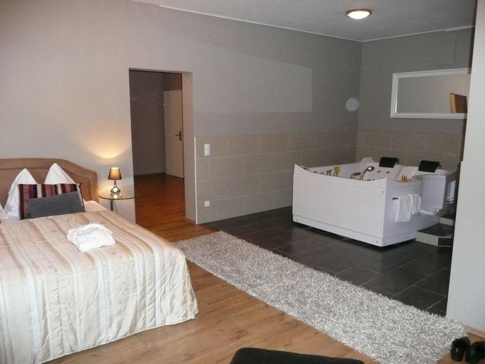 JacuzziSuite Schlafzimmer mit Whirlpool Bella Vienna City Hotel Wien  HolidayCheck Wien