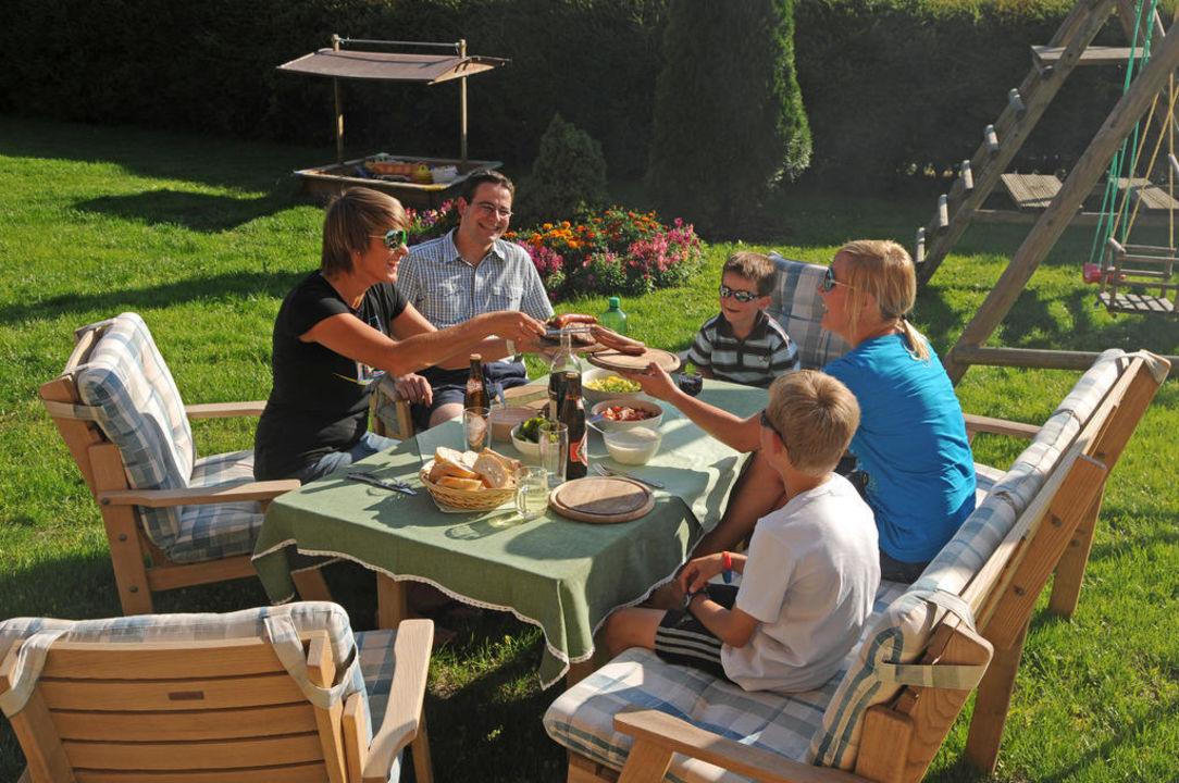 """Grillen Im Garten"""" Pension Haus Anni In Radstadt • HolidayCheck"""