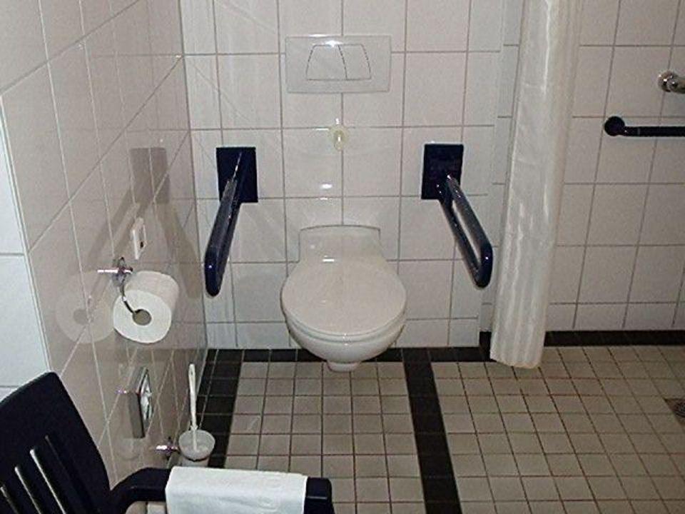 Bild Blick auf die Behindertengerechte Dusche mit Stuhl