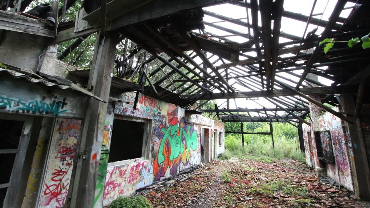 Urban Explorer steigen in verlassene Gebude ein  Fenster