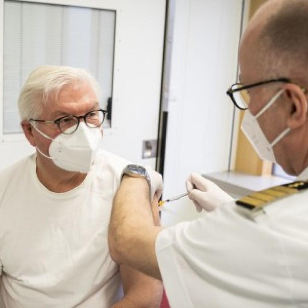 Politiker beim Impfen: Voller Körpereinsatz