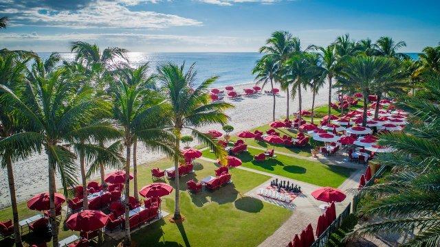 """Pelouse et station balnéaire de Floride avec parasols et palmiers rouges épars """"width ="""" 1280 """"height ="""" 720"""