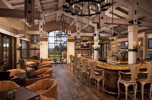 """intérieurs d'un restaurant de style occidental avec des sièges au bar et des tables """"width ="""" 800 """"height ="""" 526"""