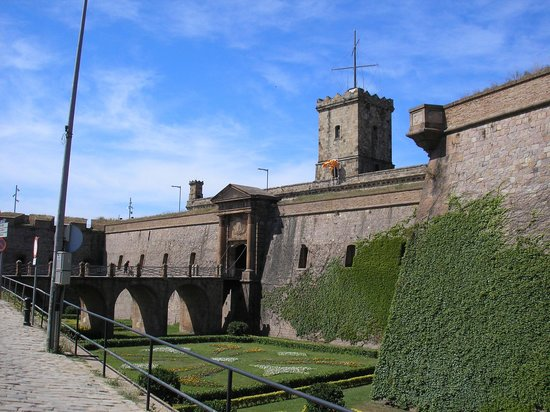 https://i0.wp.com/media-cdn.tripadvisor.com/media/photo-s/01/02/bd/ed/castell-de-montjuic.jpg