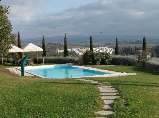 piscina con un spiraglio di sole  Picture of Sangallo