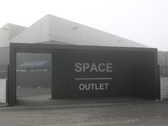 Prada Outlet (Space): outside the outlet