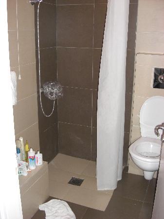 bagno piccolo e senza box doccia  Foto di Pantokrator