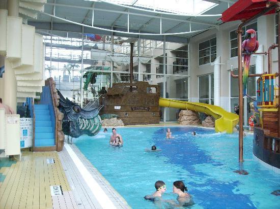 Das Piratenschiff im Schwimmbad  Bild von Explorers Hotel