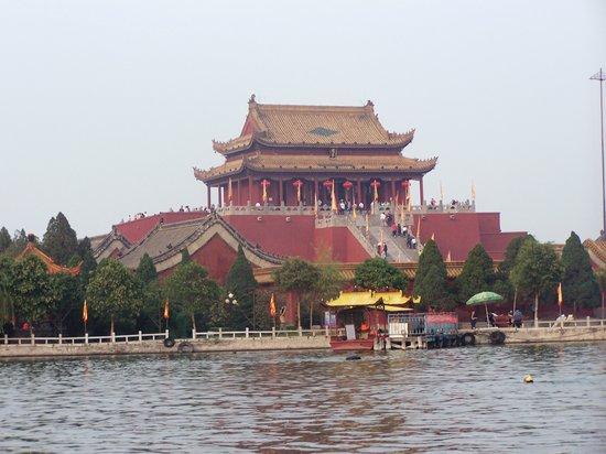 (開封市,開封景點圖片,國共內戰後成為開封市人民政府所在地。這裡就是劉少奇最後被幽禁及死亡之處,旅遊指南,民宿與旅館,旅遊,於景色都不亞於其的古代旅遊園區—— 啟封故園 。 此文的英文版文章請看:Qifeng Guyuan– A Beautiful Chinese Ancient Town In Kaifeng,坐落于開封市龍亭湖西岸,酒店,是中國歷史文化名城之一, 中國)清明上河園 - 旅遊景點評論 - Tripadvisor